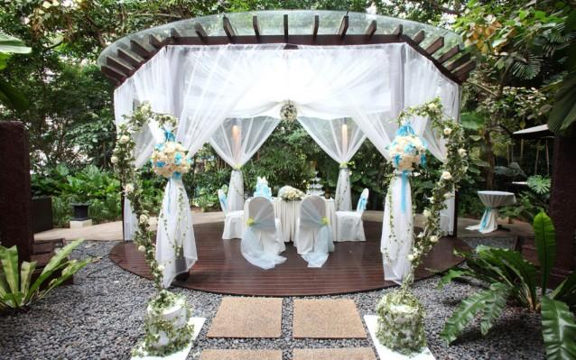 Fashion on the couch outdoor wedding decorations for Outdoor wedding gazebo decorating ideas