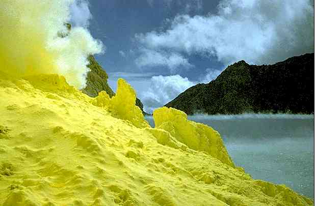 The-Largest-Acid-Lake-on-Earth-3